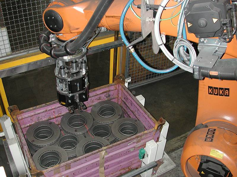 Robot-guided gripper equipped with an LTSOT500 scan sensor safely removes components from transport containers