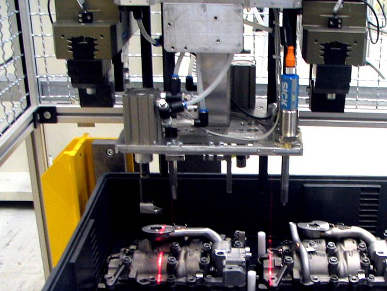 "Robot-guided gripper equipped with an LTSOT500 scanning system for ""orientation run"" to determine components position."