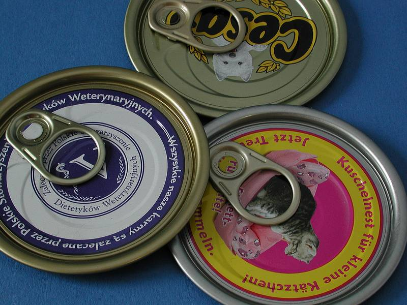 On differently printed can lids, the angle of the tear tab is determined on a conveyor.